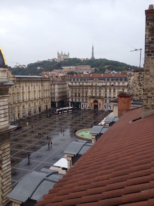 Vue sur la place des terreaux et la basilique de Fourviere depuis la chambre