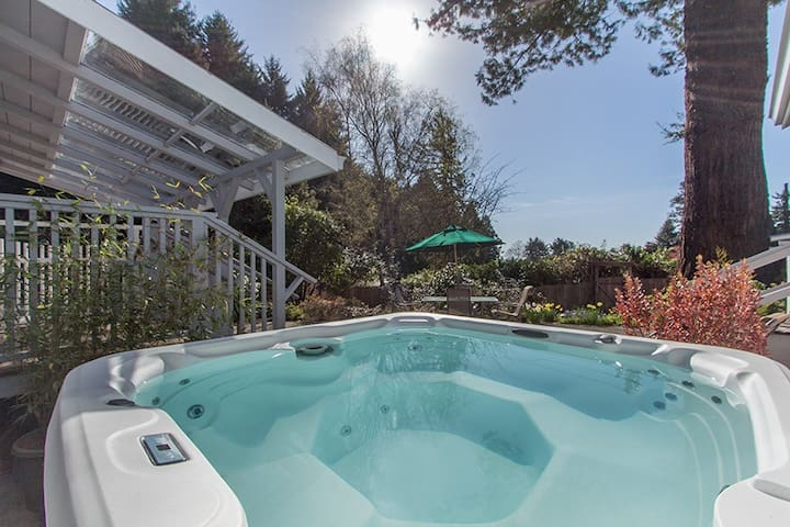 Coastal Cottage- Sleeps 8, 2 bath, Hot Tub, in sunbelt above Moonstone Beach