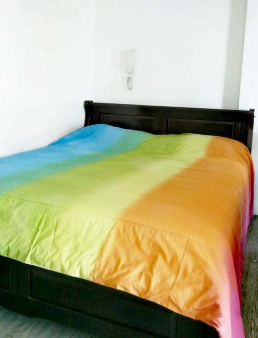 Bed (with 2 pillows)