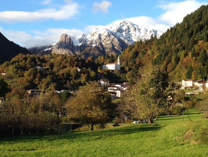 Casa con vista sulla valle alpina