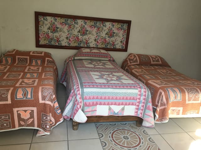 Habitación con tres camas individuales ideal para jóvenes