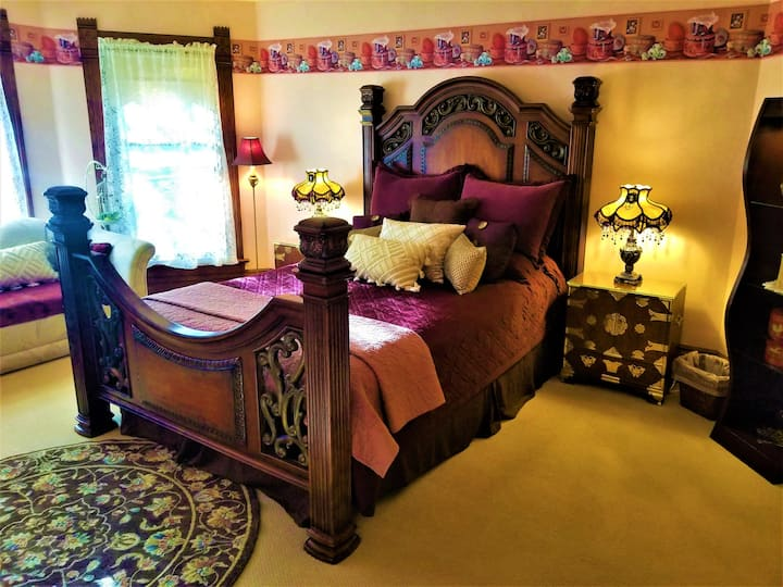 King's Court Bedroom - Steampunk Manor B & B