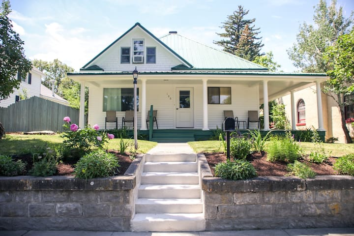 Cozy And Updated Bungalow That Sleeps 9 In The Heart Of Livingston| 3 Bedroom, 3 Bathroom
