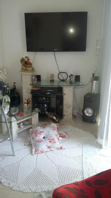 Sala com TV e radio