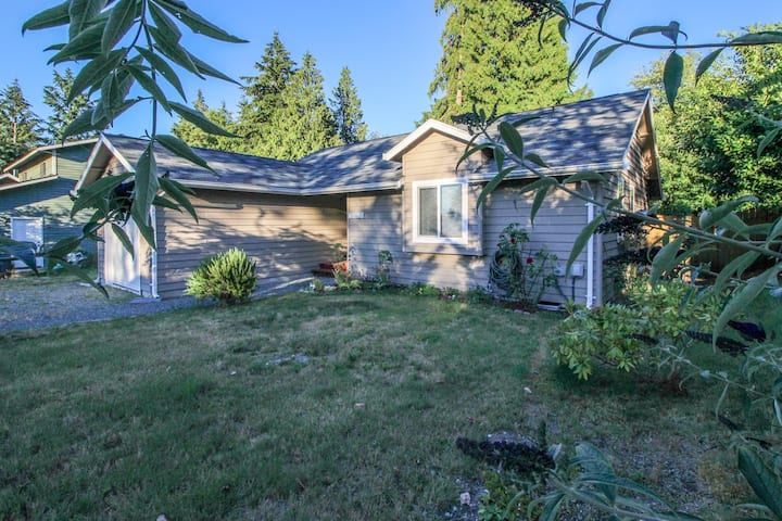Cozy home w/ free WiFi, cable, full kitchen - walk to ferry & beach