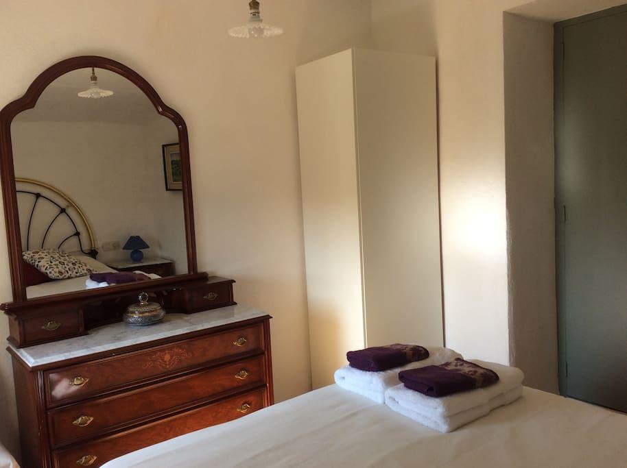 Tocador i armari, habitació de llit doble