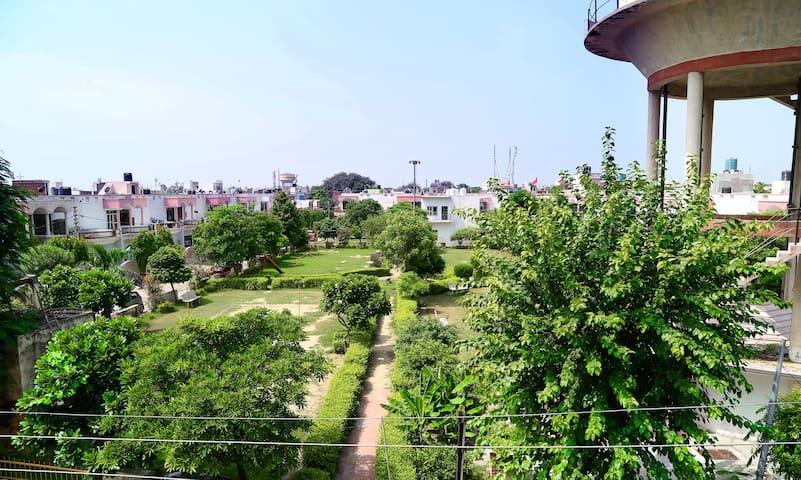 Spacious stay in lush green area near Taj mahal.