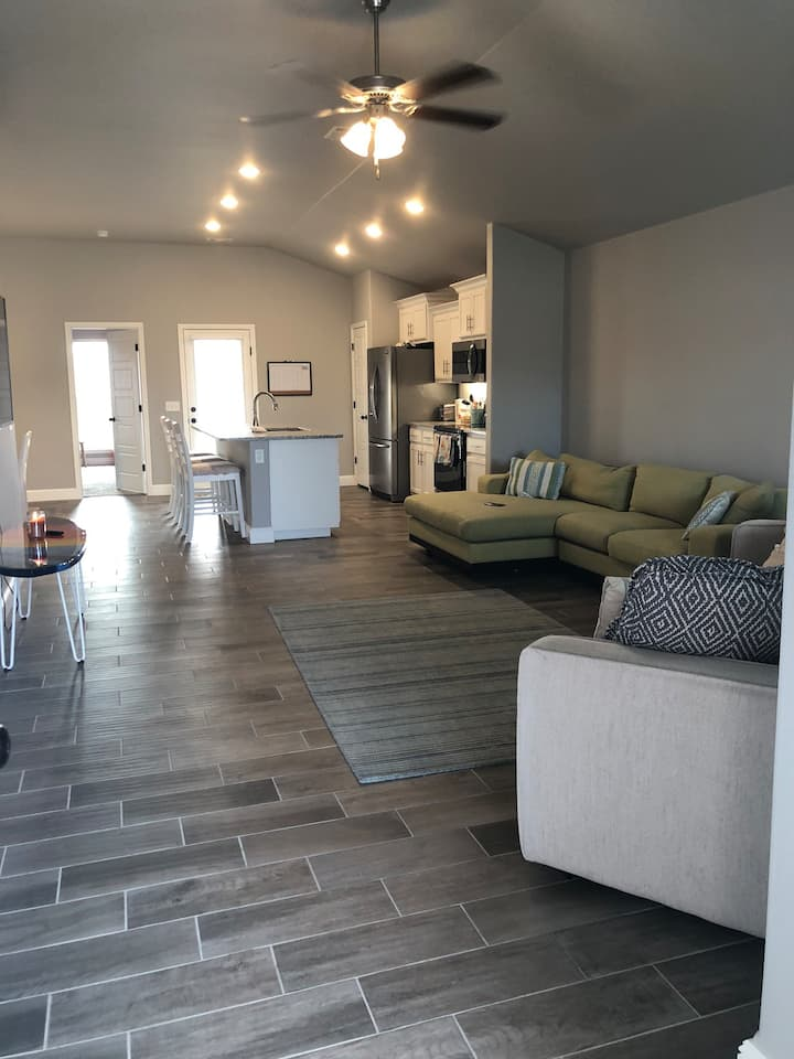 Brand new modern home 1 mile from pool/golfcourse