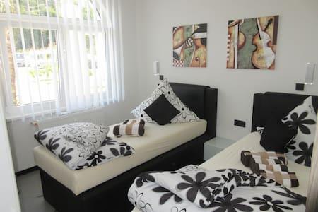 Doppelzimmer mit eigenem Bad - Kirkel - Bed & Breakfast