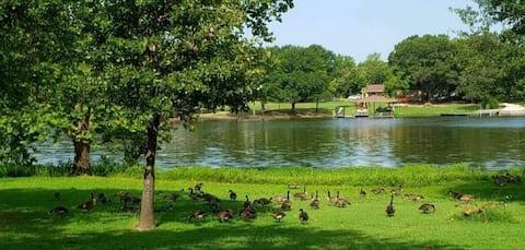 Romantic Lakeside Cottage- beautiful Lake Bonham