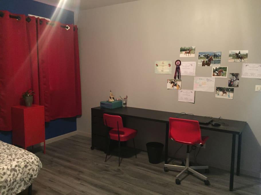 Chambre 1. Espace de travail à votre disposition.