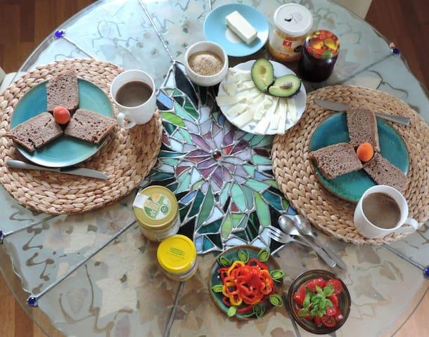 Frühstück bei Karl-Heinz auf Wunsch/auf Spendenbasis Breakfast by Karl-Heinz on request/on a donation basis