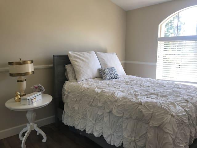 Private Room in Laguna Home in Great Neighborhood