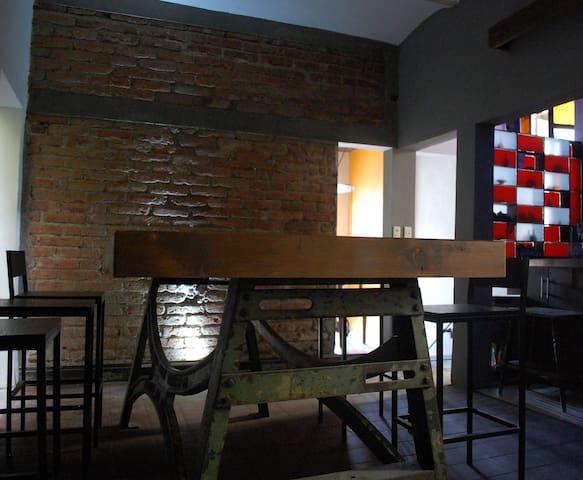 Habita una de las 8 habitaciones de una Ex-Tenería - León - Departamento