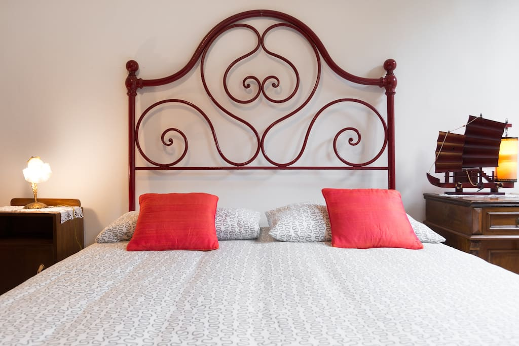 Queen bed, detail of iron headboard