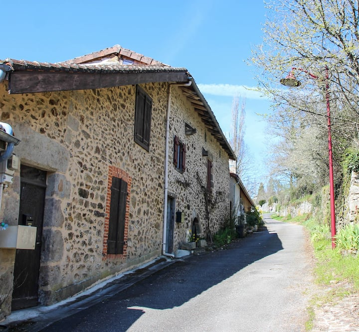 Historic gite at foot of chateau near town centre