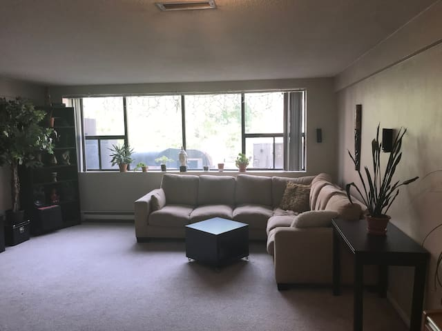 Zen 2 floor apartment, Midtown on Yonge St!