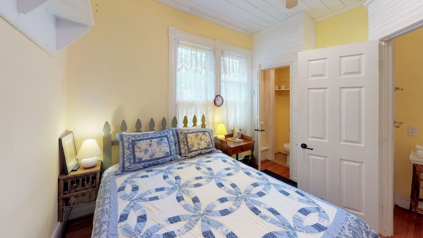 The Primrose BnB Posy Room is a quaint 2nd floor bedroom that accommodates 2 guests in its Queen sized bed. Great for a weekend away to Hocking Hills, Wayne National Forest, Ohio University, Hocking College & much more!