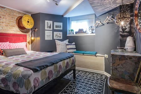 Cozy Queen Perfect Home Base for Chicago Trips!