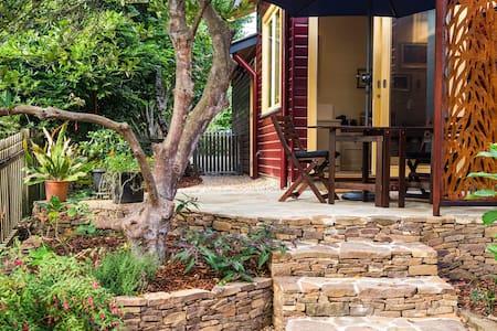 Brand new, amazing fireplace, lovely patio & birds