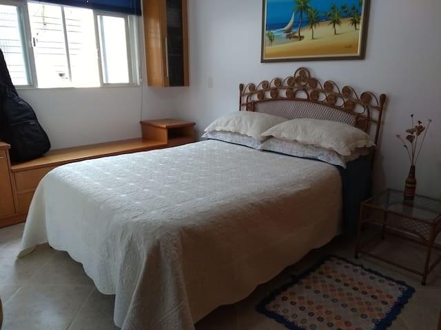 Quarto arejado, confortável e bem localizado.