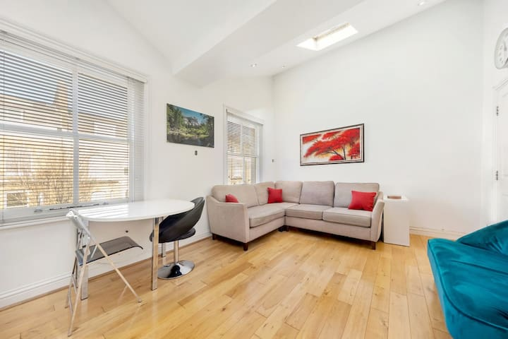 Modern & light 2 bed flat (3min from station)