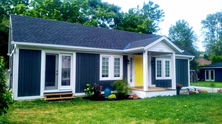 Clean getaway! Yellow Door Cottage, downtown NOTL