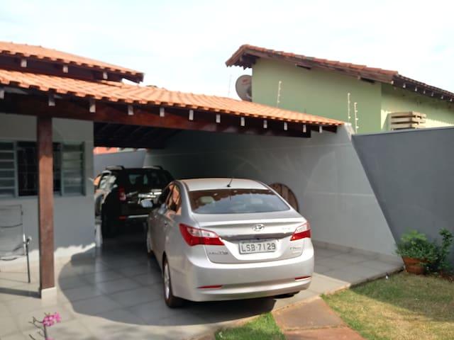 Garagem para dois carros de hóspedes.
