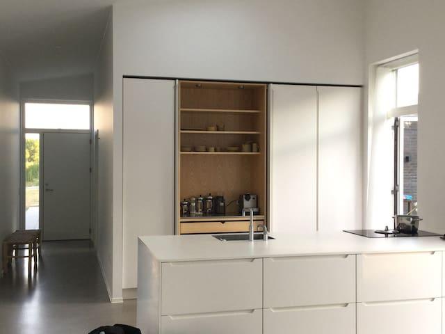 Nyt minimalistisk familie hus,40 min fra Legoland