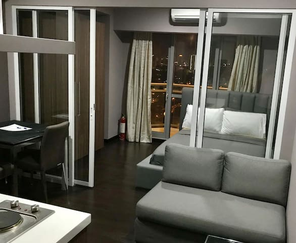 Cozy 1BR suite in Acqua. Near Makati and Rockwell.