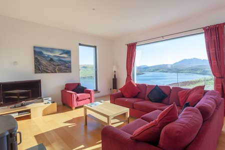 Calath, Isle of Skye, superb mountain/loch views. - Carbost - House - 2