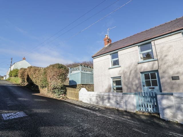 OLD POST COTTAGE, pet friendly in St. Ishmaels, Ref 970922