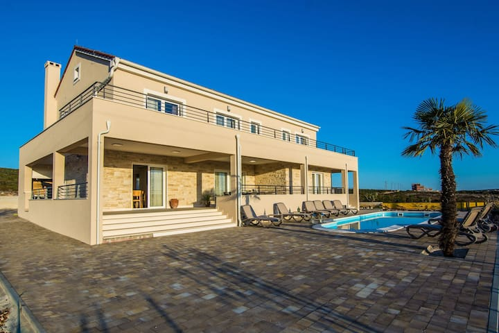 NEW LUXURY VILLA JUST 4KM FROM THE BEACH - Debeljak - Villa