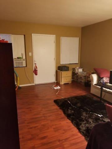 Cozy One-Bedroom - North Hollywood