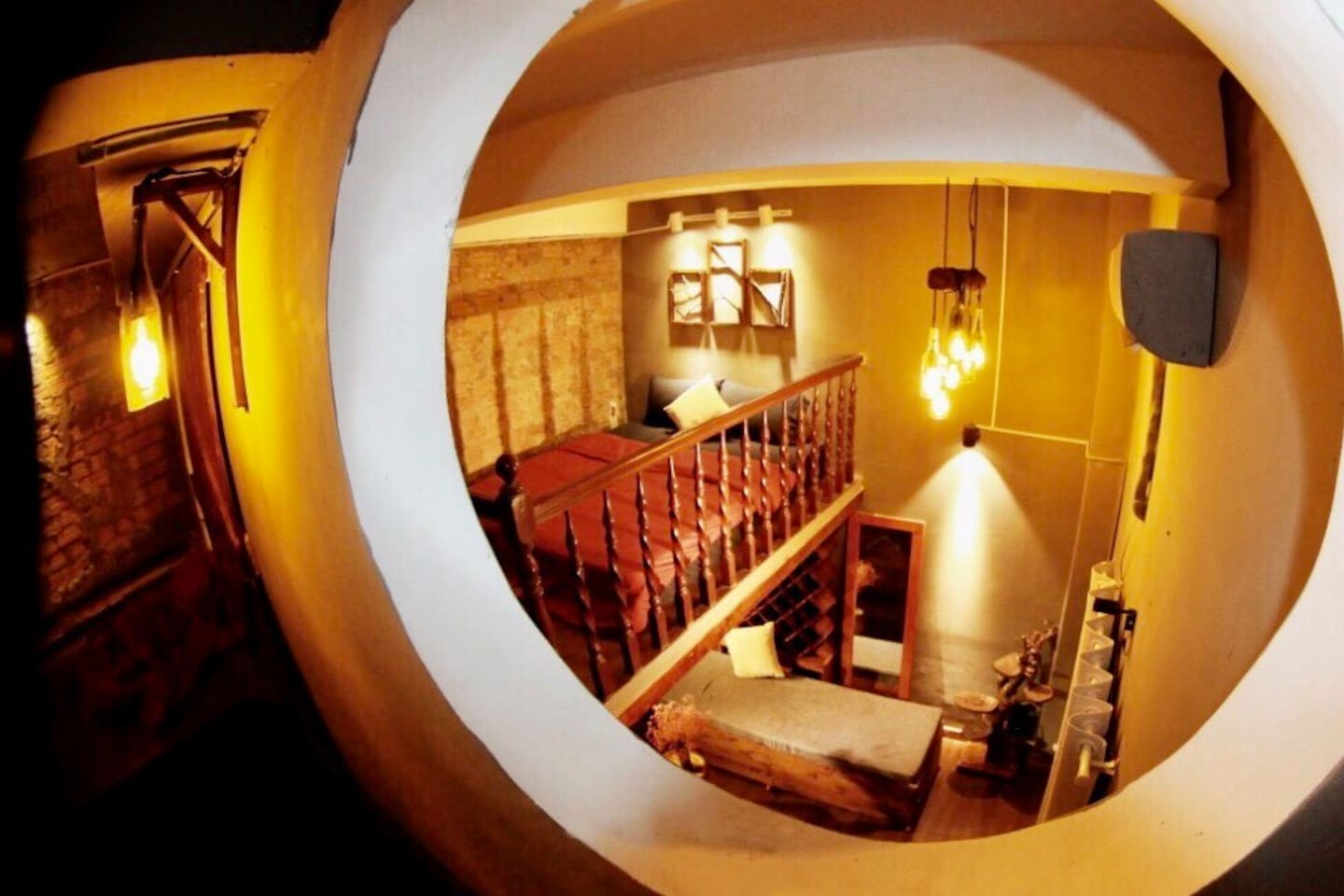 The house is designed in artificial and woody style, inspired by wine cellars and the taste of Vino. Come in to the house, our dear guests will have the feeling of getting lost in a huge wine cellar, enjoying music from Bluetooth speaker and wine.
