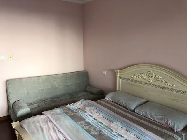 配备折叠式双人沙发床(亦可作为婴儿床)
