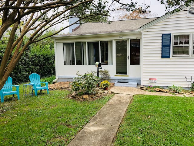 Adorable Cottage only 2 miles from Downtown!