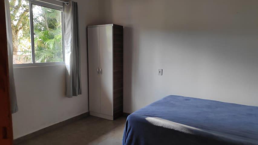 Quarto 1 - Cama de casal e espaço home office.