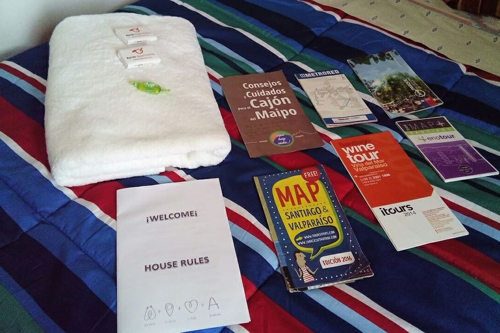 Toallas, cama equipada y mucha información - towels, bed linen and lots of information.
