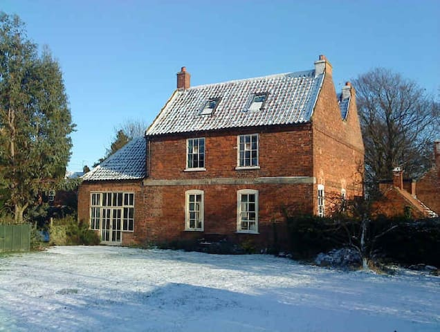 Spacious 17th C former school in Nottinghamshire