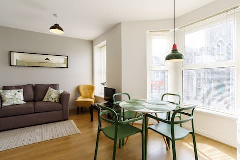 Large Contemporary flat near City Centre