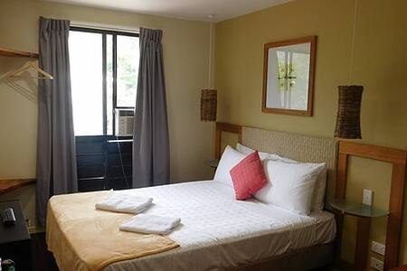Friendly Guest house cozy room - Airlie Beach - Bed & Breakfast