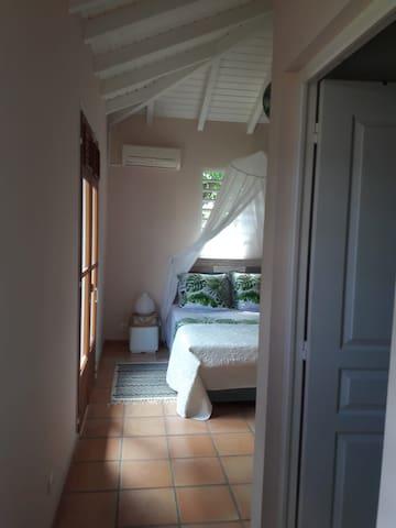 chambre 2: lit 140, salle de bain, toilette, clim, nombreux rangement