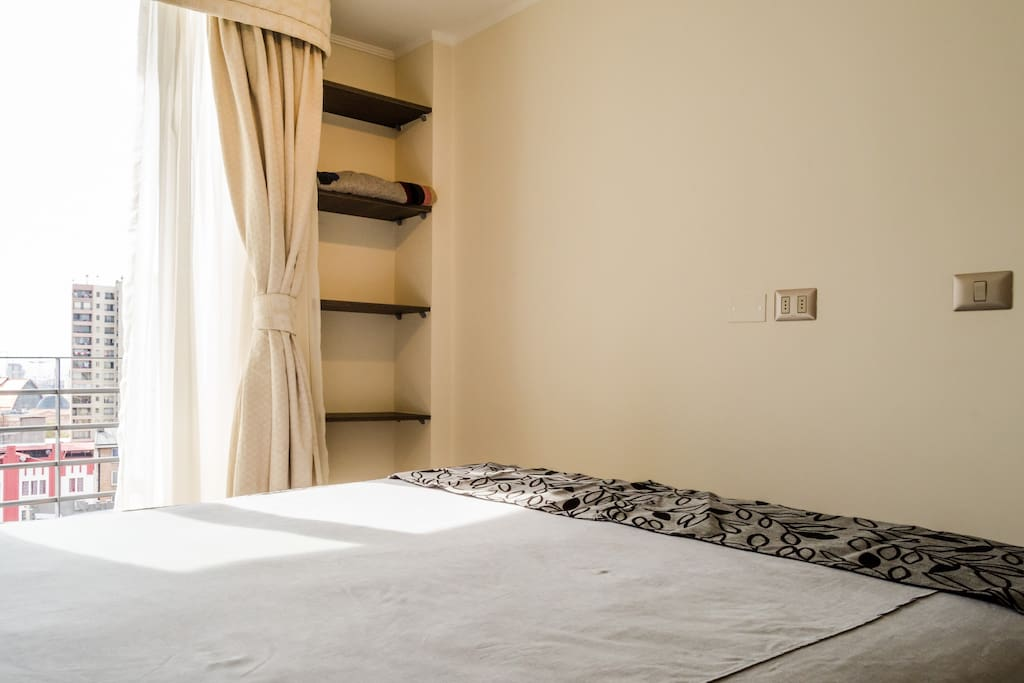 Dormitorio muy iluminado