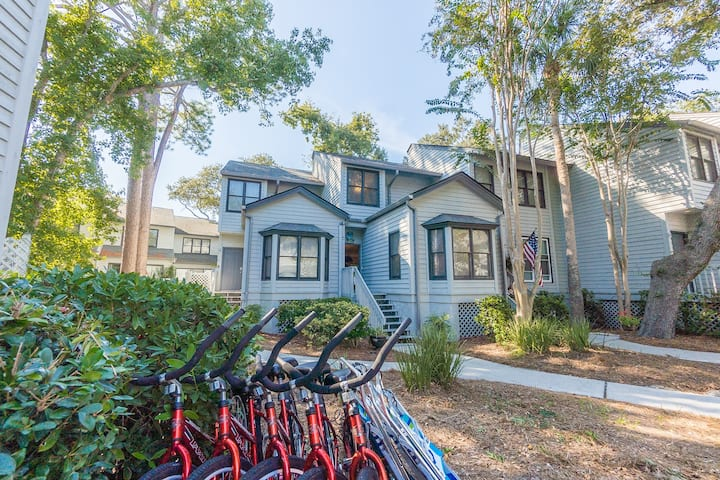 Gorgeous updated large 3 bedroom 3 bath Townhouse