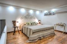 La camera da letto è dotata di una televisione a schermo piatto 40 pollici. I comodini, due sedie del 1500 originali di Chiavari
