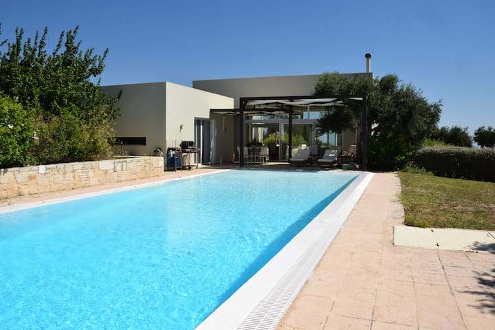 Villa with panoramic views and pool in Crete
