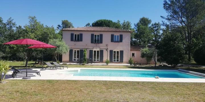 Bastide provençale au cœur de la Provence verte.