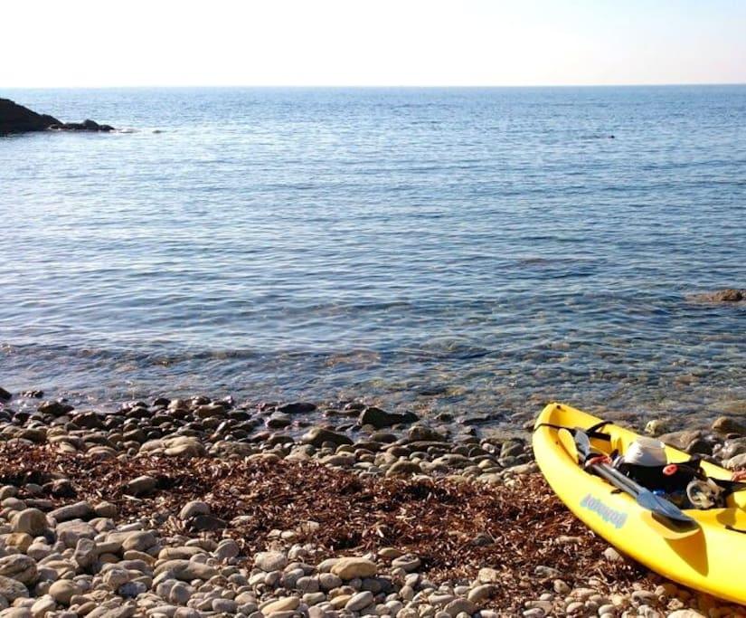 La calanque, 2 kayaks à disposition pour se balader.