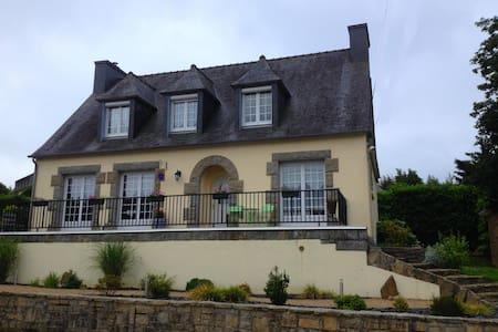 Au Roch de Marie -  Chambre d'hôtes Les Roses - Huelgoat - Guesthouse